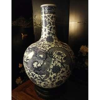 大型清花瓷天球瓶連黑檀座