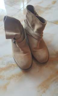 Boot pull and bear
