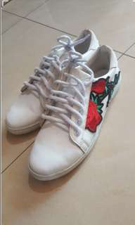 Size 6 HUE rose design shoes