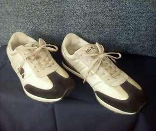 Sepatu sneakers ellesse size 43 kecil = 42