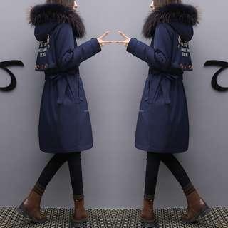 🚚 【TenBow】顯瘦長款加厚修身型刺繡羽絨外套 優雅光澤雙口袋蓬鬆彈性溫暖長版大衣 現貨免運費-D1040071