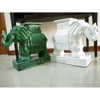 Sepasang Guci Gajah Antik