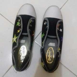 Sepatu casual hitam putih
