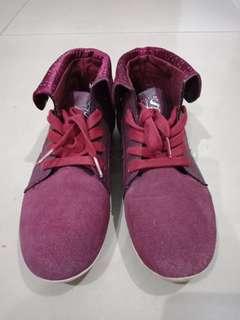 Sepatu merah model boots suede