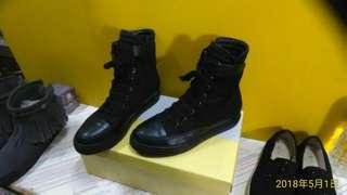 Vivienne V.  黑色 帥氣 厚底 中筒鞋 / 平底鞋 二側黏扣 側拉鍊 免繫鞋帶 23.5 # 二手近全新 ~~