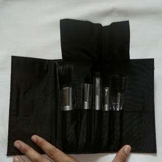 Make-up brush travel kit by Penshoppe