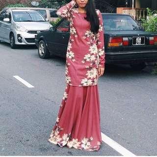 zawara kurung with flowers design in red bata