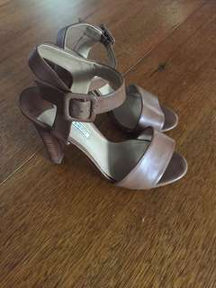 SZ 7 Leather Tony Bianco heels