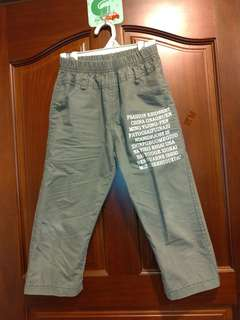 二手 中小童 百分之百純棉 休閒褲 夏天穿不悶熱,前面、後面口袋皆為真的! 尺標尺碼24,褲長約60公分,腰部為鬆緊帶!