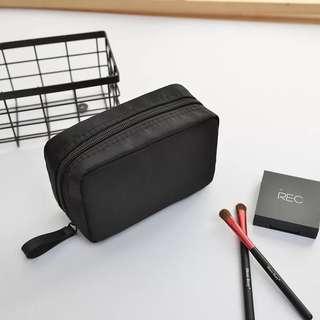 👉🏻旅行隨身化妝包👈🏻多色可選 萬用包 收納包方包大容量 隨身化妝品 旅行過夜 手拿包 實用 素面 耐看 耐用