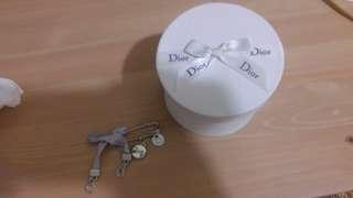 全新銀白色dior 扣針