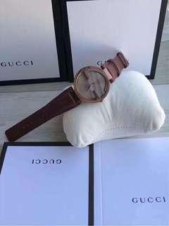 爆款‼ ️全智賢同款! 🈶️3⃣️色可選(貝殼面,棕色面,灰色面)👍👍New!New!New!Gucci古馳雙G女裝表,獨特雙G表圈Logo,非常有層次感,金屬拉絲工藝超高水準,這是仿表無法企及的,(分大小號)錶盤直徑37/29mm,真皮錶帶,原裝瑞士石英機芯,藍寶石玻璃。保真🉑️驗貨‼ ️一手價出🎈🎈