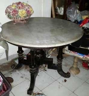 Meja marmer bundar besar