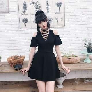 🚚 【黑店】復古綁帶木耳邊露肩小黑裙 超顯瘦個性收腰黑色洋裝 顯腿長顯瘦性感洋裝 宴會洋裝 暗黑系洋裝