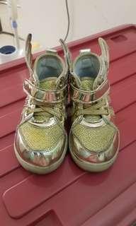 Sepatu golden wings