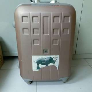4 Wheels Luggage Size H 25inch W15inch  have 3 side lock. Have 2 side lock doesn't work must use luggage belt