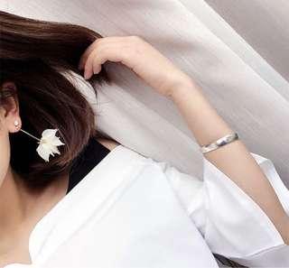 Dangling Floral Earrings (Crystal White)