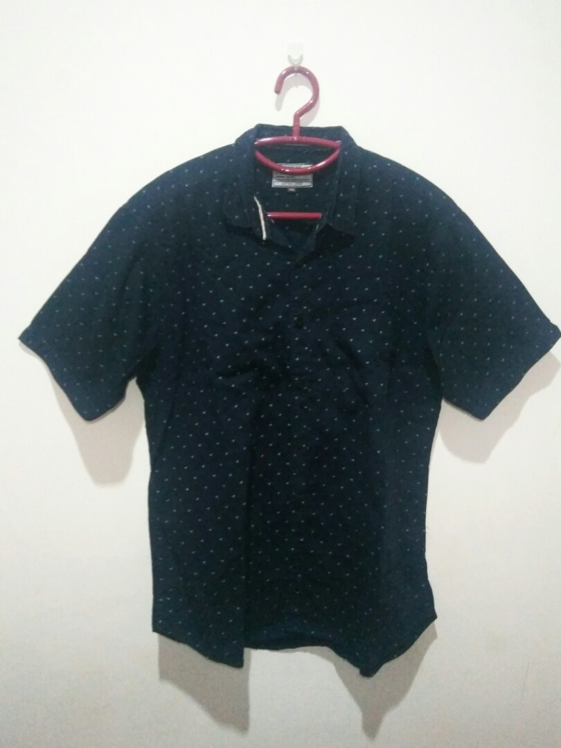 Kemeja Cowok lengan pendek motif warna biru dongker, Men's Fashion, Men's Clothes, Tops on Carousell