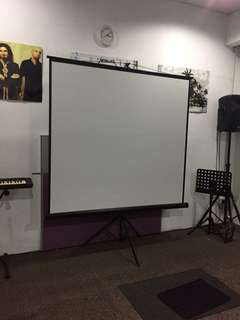 PROJECTOR WITH TRIPOD SCREEN FOR RENT