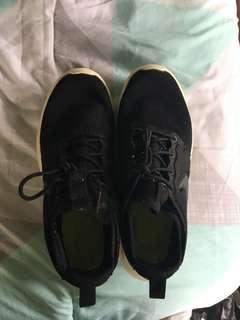 Black Nike roshes