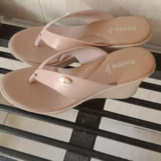 Wedges fladeo warna cream