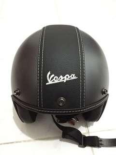 Jual helm vespa 100% like new!! (Pake cuma 1x soalnya). Warna grey size M, lengkap dgn box jual rugi (harga outlet Rp. 990.000)