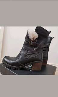 As new Celtic & Co black leather boots with shearling and wool lining