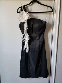One shouldwr black dress