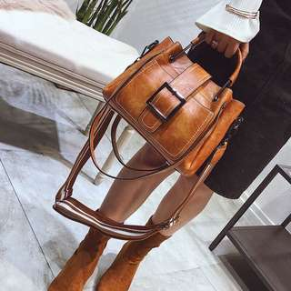 🚚 預購®️韓系復古造型水桶包 手拿包肩背包側背包運動風寬背帶兩夾層大包皮帶扣環