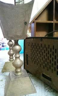 Radio lama, candle holder & replika rumah
