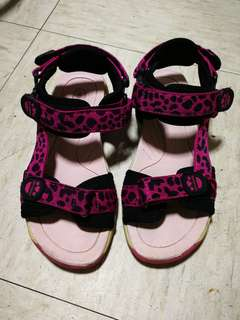 85% new Dr Kong kid Sandals size 32