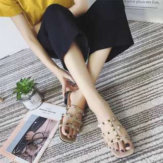 Flip-Flop Female Summer 2018 New Flat Flat Sandals & Slippers Women Fashion Wear Flat with Hollow Rivets Anti-Slip Sandals