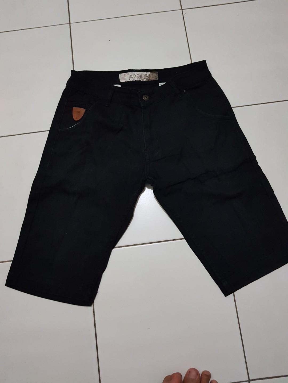 Celana pendek hitam 32