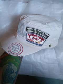 Topi JEEP Legendary Original Authentic Legend  Since 1941 Kondisi 97% sangat mulus,warna pekat,bahan masih kaku Belel/Bolong bolongnya bukan minus melainkan modelnya  Size: free/all size(pakai strap belakang)/dewasa logo brand full patch(bordir)