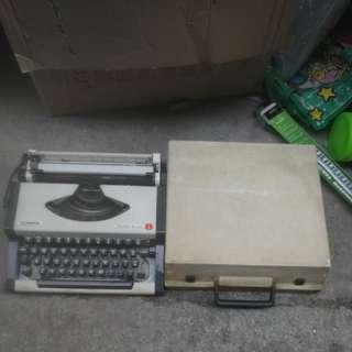 舊款手提式輕型打字機: 70年代 南斯拉夫製造德國名牌奧林比亞打字機olympia traveller de luxe,MADE IN YUGOSALAVIA$100