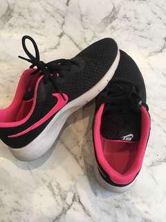 Nike junior black sneakers 8y (38)