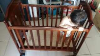 原木嬰兒床加彩色玩具球