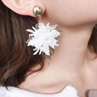 Prettt white earrings