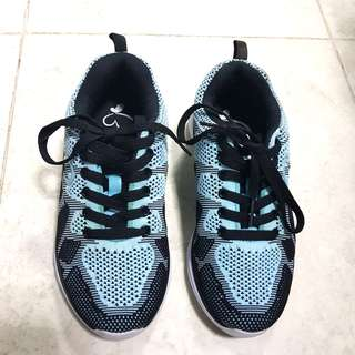 SEPATU OLAHRAGA WANITA UKURAN 36 (sepatu running, sepatu gym)