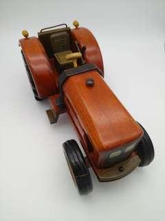 約12吋乘5吋濶乘6吋高手工木做拖拉機模型。前輪少殘。新舊請看圖。謝絕完美主義者。
