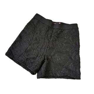 Celana pendek hitam bordir