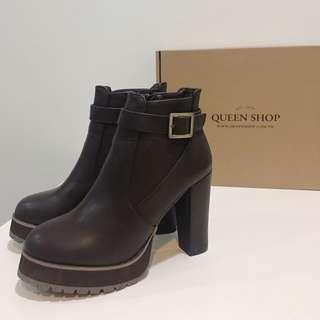 🚚 [全新]QUEEN SHOP 冬-單釦環高跟皮短靴
