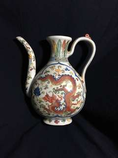 Ming dynasty Xuande Mark Famille Rose Vase with bright contrast double dragons Teapot. 26cm high . 大明宣徳年製粉彩雙龍茶壺。精緻美麗到明代藏品。