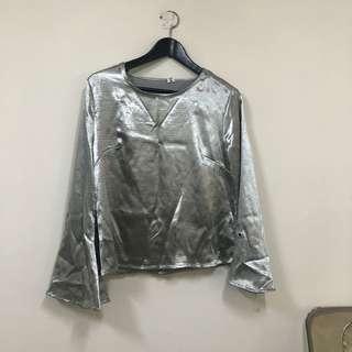 🚚 Vii co 購入 銀色絲光薄造型長袖上衣