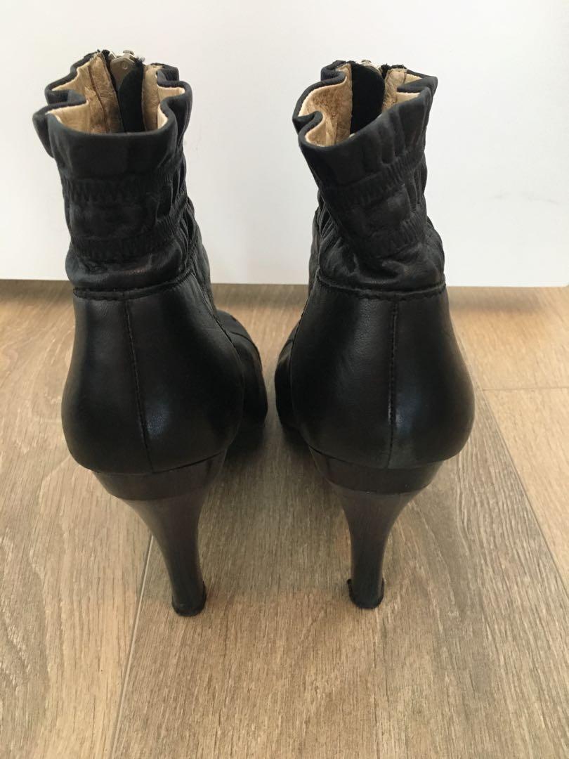 Michael Michael Kors black zip front ankle boot. Sz 7.5