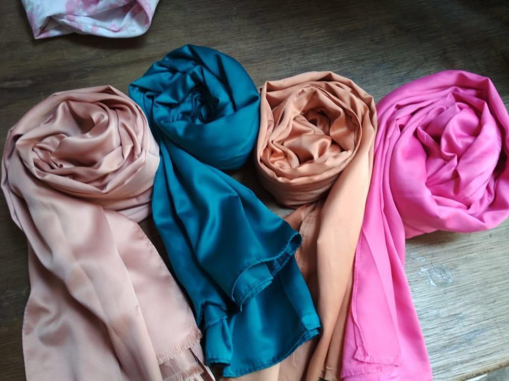 Pashmina Satin Turun Harga Sisa 2 Pcs Warna Hijau Bottle Dan Pink Hanya 50k Women S Fashion Muslim On Carou