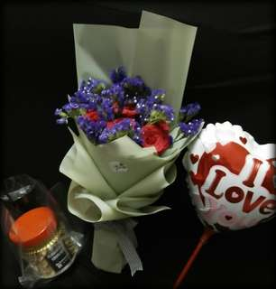 Rose Bouquet palahe with balloon and biscuit florentine crunchie