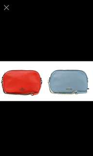 COACH 25922 荔枝紋皮革 斜背包(紅色/ 淺藍)  寬23cm 高13.5cm 厚(上5 下7.5)cm  斜背帶長約 : 118~136cm (可拆,七孔可調)  外層 : 拉鍊開合 背後開放夾層  內層 : 1萬用口袋  購證/吊牌/小卡