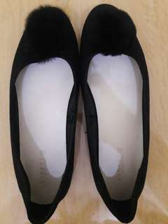 Preloved Sepatu Vincci Hitam (Ada Motif BUlu2) Mat Suede Size 38 Like New