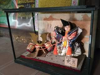 Boneka Samurai dalam kaca
